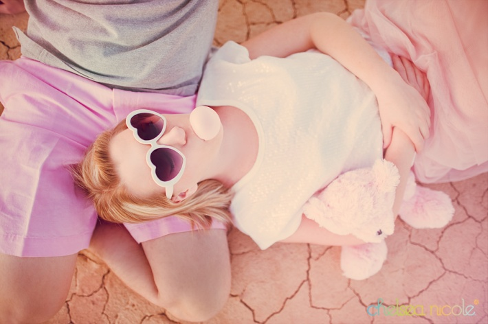 las-vegas-engagement-photography-with-bubble-gum-and-heartshaped-sunglasses